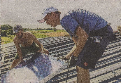 Rainer Binder (r.) wird von Jürgen Summerer, einem Veriensmitglied, beim Verlegen der Module unterstützt.